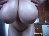 Ženská předvádí svá velká přírodní prsa