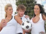 Phoenix Marie a Carmella Bing šukají s fotbalovým trenérem