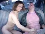 Manželský pár šuká během jízdy v taxiku