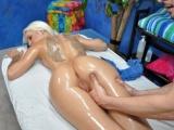 Luxusní blondýnka se nechá ojet na masáži