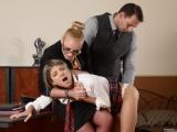 Učitelka a pan ředitel potrestají neposlušnou studentku