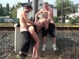 Oprcali ji a postříkali u železniční trati – české porno