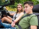 Šíleně nadržená ženská sveze mladíčka autem