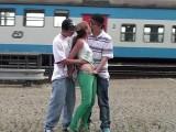 Kolem jezdily vlaky, když se o ni kluci dělili – české porno