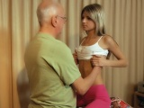 Drobná dívka svede staršího muže