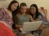 Mladý pár přibere kamarádku do trojky