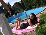 Anální sex na zahradě u bazénu