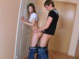 Kluk ojede mladou přítelkyni
