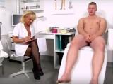 Lékařská prohlídka zakončená výstřikem na prsa – české porno