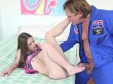 Chlápek zasune do mladé holky se šikovnýma nohama