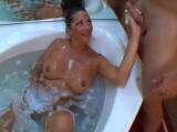 Umyje jí vlasy, ona mu ho na oplátku vyhoní