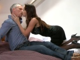 Kurvička se pro staršího muže navlékne do sexy prádla