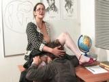 Paní učitelka roztáhne nohy pro studenta