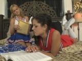 Doučování dvou roztleskávaček se zvrhne v lesbický sex