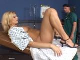 Panička roztáhne nohy na zdravotní klinice