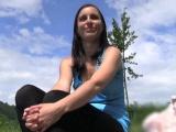 Public agent aneb Rychlý prachy – usměvavá holka u řeky