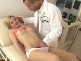 Drobná blondýnka na kontrole u doktora