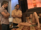 Manželský pár pozve mladého muže do trojky