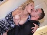 Nadržená dáma se pobaví s mladým mužem